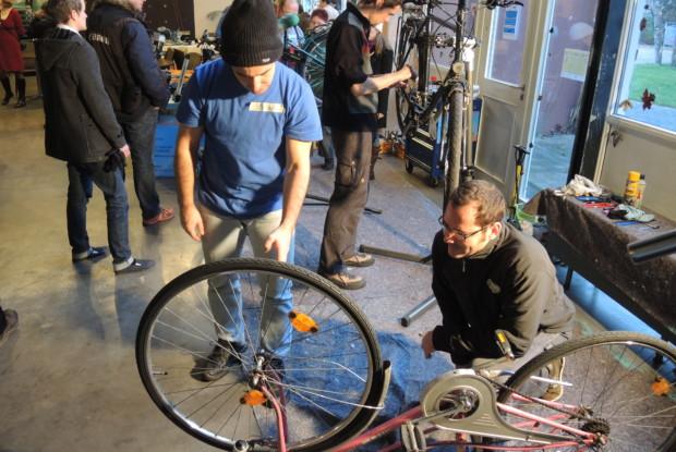 Bild 3 von 6: ReparaturCafé in Karlsruhe mit Fahrradwerkstatt