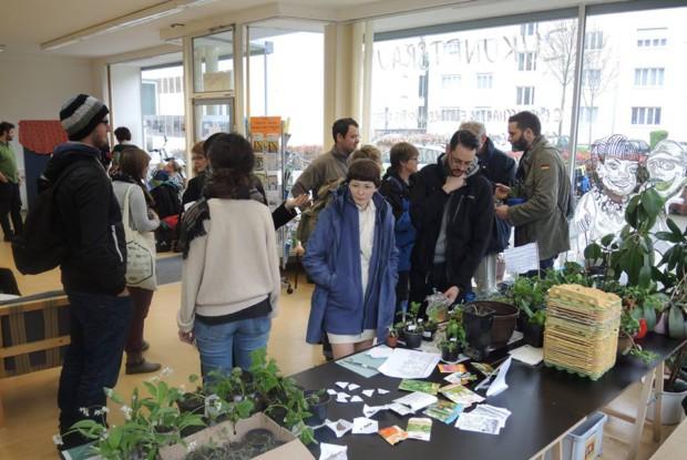 Bild 2 von 6: Pflanzentauschbörse im 'Zukunftsraum'