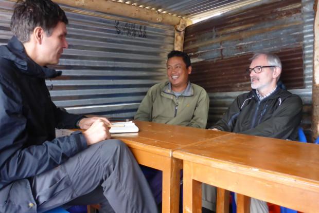 Bild 6 von 6: © atmosfair, Gespräch mit Erdbebenopfer, Chisapani