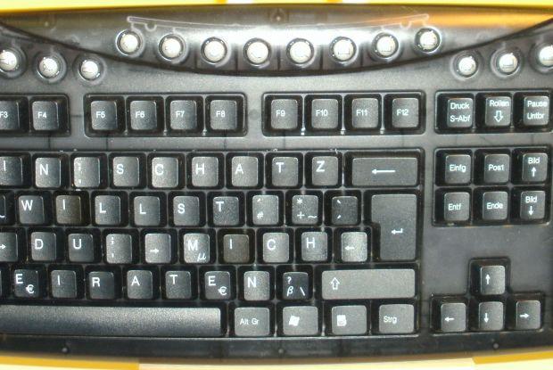 Bild 5 von 6: Mehrere defekte Tastaturen wurden verwandt, eine höchst wichtige Botschaft zu überbringen.