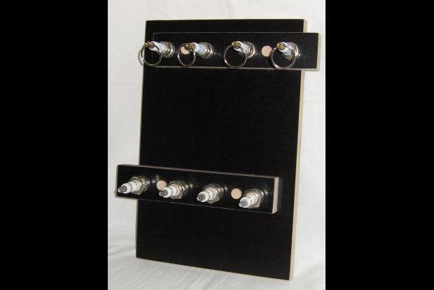 Bild 2 von 6: Siebdruckplattenreste sowie alte Zündkerzen bilden ein Schlüsselbrett