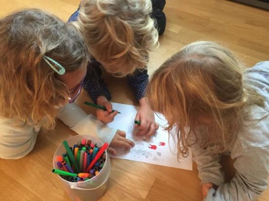 Bild 3 von 4: Schlaue Kinder beim Probeausmalen