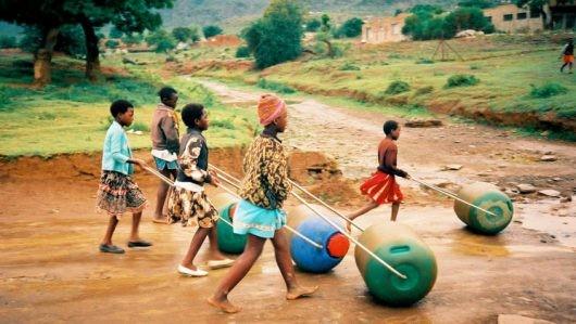 Bild 2: Wassertransport mit dem Hipporoller statt tragen
