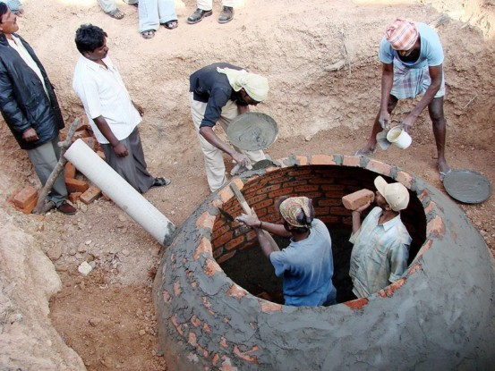 Bild 5: Bau einer Biogasanlage, Klimaschutzprojekt Indien