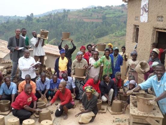 Bild 4: energieeffiziente Öfen, Klimaschutzprojekt Ruanda