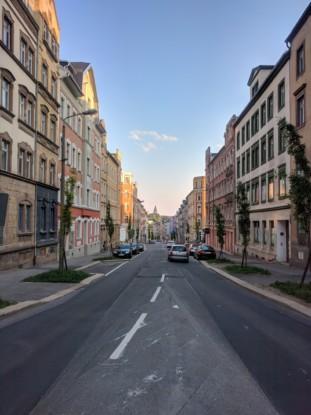 Bild 2: Enge Straße, keine Bänke, hügelig, keine Radspur