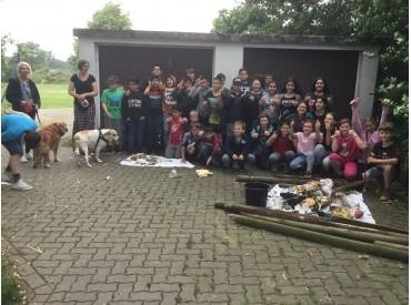 Klassen 5c und 5d während der Müllsammelaktion