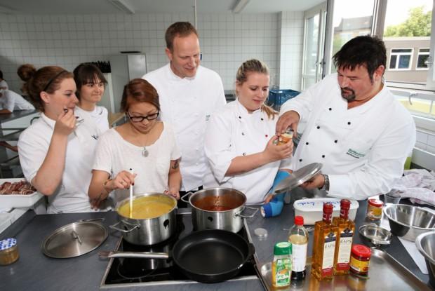 Bild 7 von 8: O. Schönegge & R.Posiombka in Hotelfachschule.