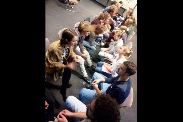 Bild 5 von 8: Studierende bei einem Seminar über das Green Office Modell tauschen sich aus