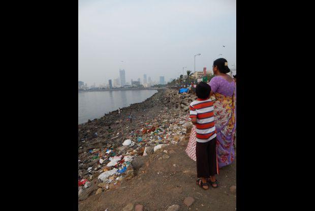 Bild 3 von 8: Plastikmüll an Mumbais Küste